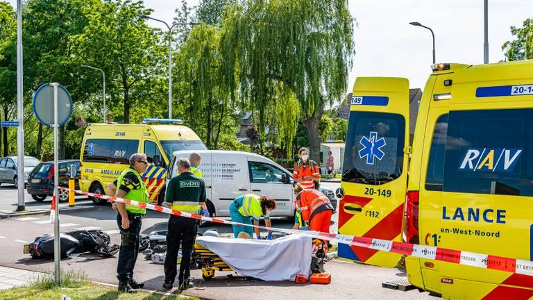 De slachtoffers van het ongeluk worden geholpen (foto: Jack Brekelmans/SQ Vision Mediaprodukties).
