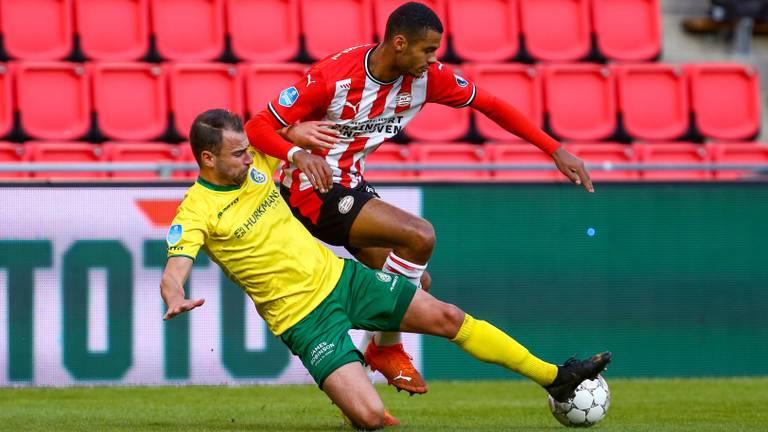 Roel Janssen van Fortuna in duel met PSV'er Cody Gakpo (foto: Orange Pictures).