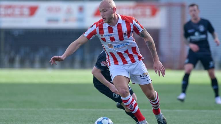 Jan Lammers aan de bal in het duel tegen Almere City (foto: Orange Pictures).