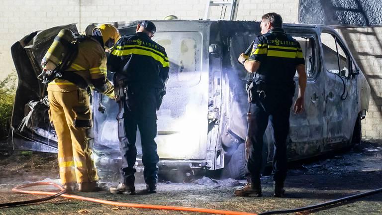 De bestelbus in Oss werd door de brand verwoest (foto: Gabor Heeres/SQ Vision).