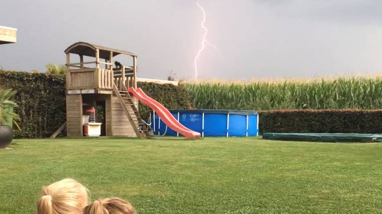 Roel's nieces look at the lightning together (photo: Roel v / d Broek)