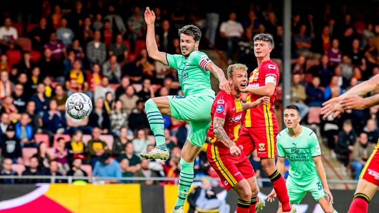 Marco van Ginkel hielp PSV aan de drie punten in Deventer (Foto: ANP)