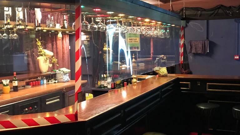 De bar in parenclub Mystique is afgescherm met plastic folie. (foto: Frank van Loon)