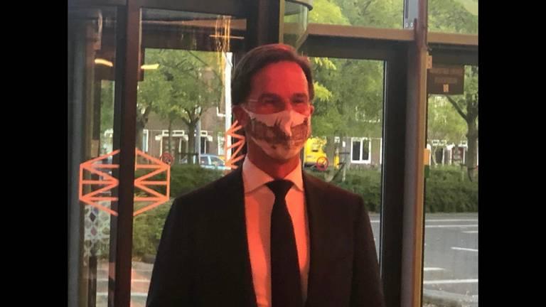 Mark Rutte met een mondkapje van Marion