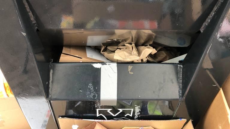Door de dozen is deze container tijdelijk niet meer te gebruiken.