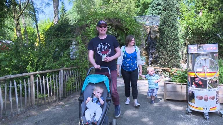 Dit gezin is een van de eerste bezoekers van het heropende BestZOO.