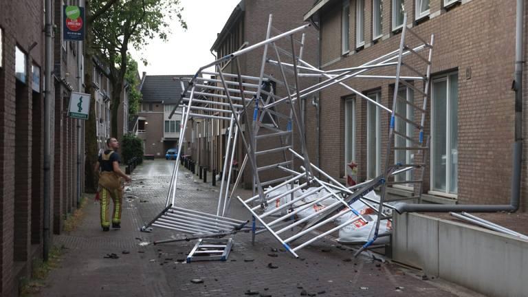 In Oirschot waaide een steiger om (foto: Sander van Gils/SQ Vision).