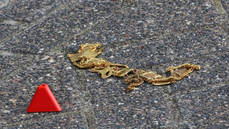 Een sieraad dat mogelijk door betrokkenen bij het conflict is achtergelaten (foto: Bart Meesters/SQ Vision Mediaprodukties).