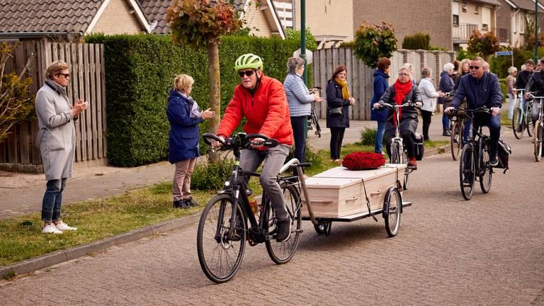 Ad brengt zijn overleden vrouw per fiets naar het crematorium (foto: Joost Duppen).