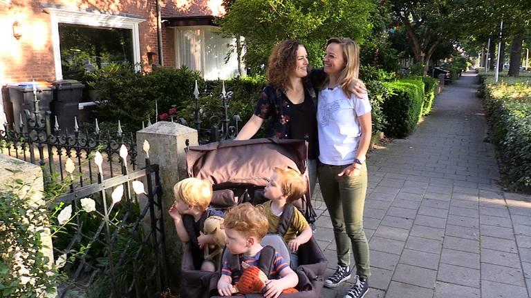 Inge en Anne met hun drie zoons. (foto: Tom van den Oetelaar)