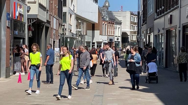Het is druk in de Tilburgse binnenstad. Foto: Linda Koppejan