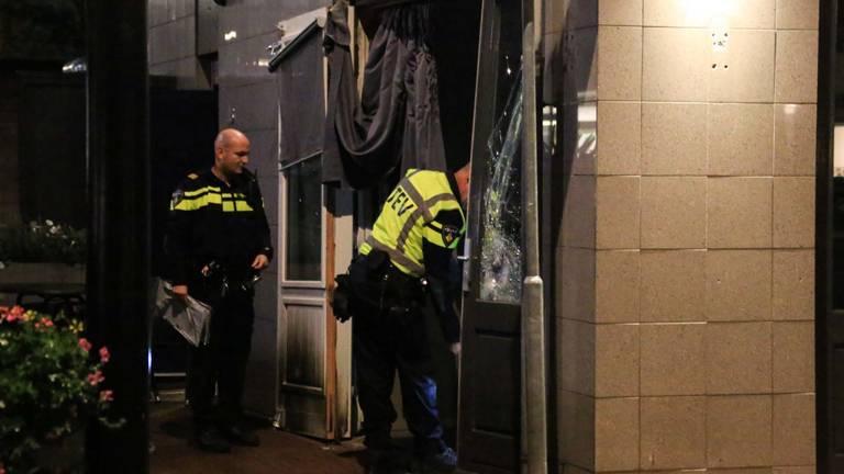 Ook in het getroffen pand wordt onderzoek gedaan (foto: Harrie Grijseels/SQ Vision Mediaprodukties).