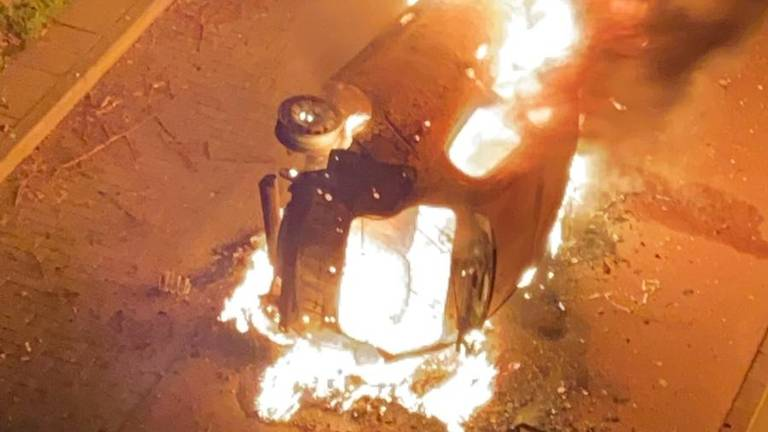 De in brand gestoken auto in Den Bosch (privéfoto).