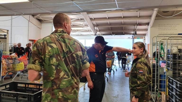 De samenwerking tussen militairen en vrijwilligers verloopt goed.