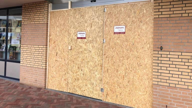 De pui van de winkel is maandagochtend dichtgetimmerd (foto: René van Hoof).