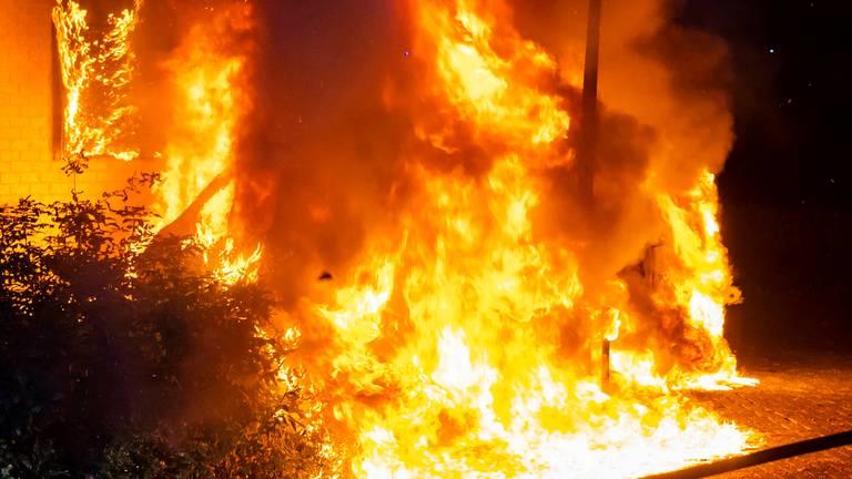 Metershoge vlammen bij de autobrand aan de Verdistraat in Oss (foto: Gabor Heeres/SQ Vision).