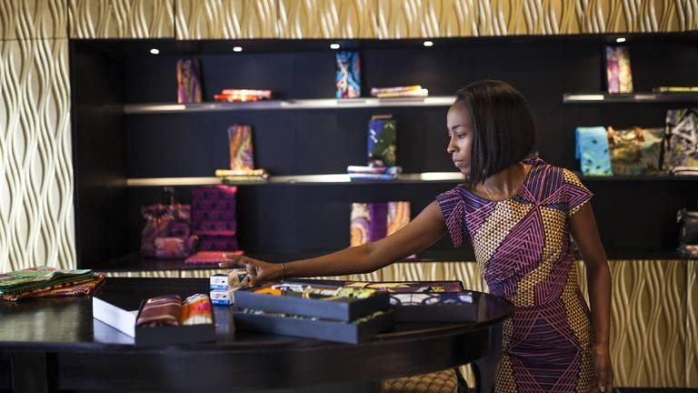 Een werknemer in een 'flagship store' van Vlisco in Kinshasa (foto: AFP).