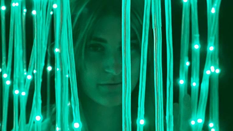 Bezoekster in lichtkunstwerk Motion (foto: Jan Peels)