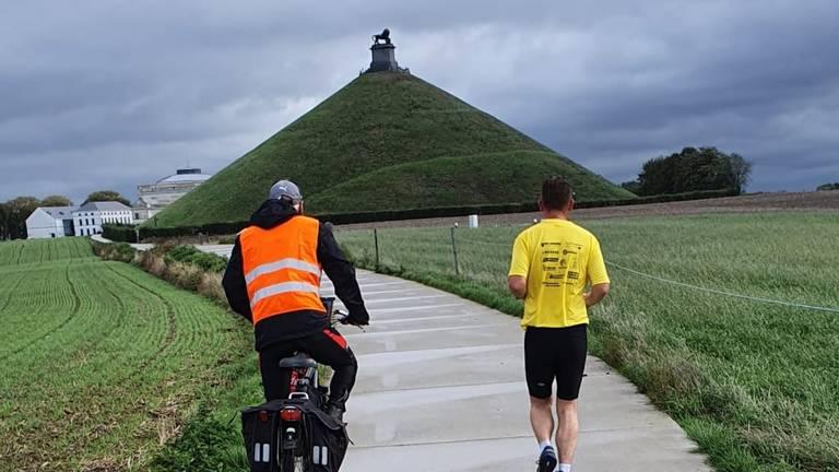 Barry gevolgd door zijn vader op de fiets.