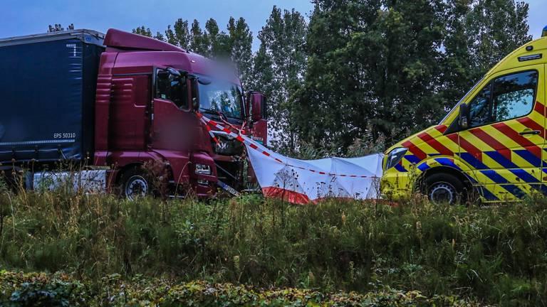 Bij het ongeluk op de N279 bij Veghel was een vrachtwagen betrokken (foto: Harrie Grijseels/SQ Vision).