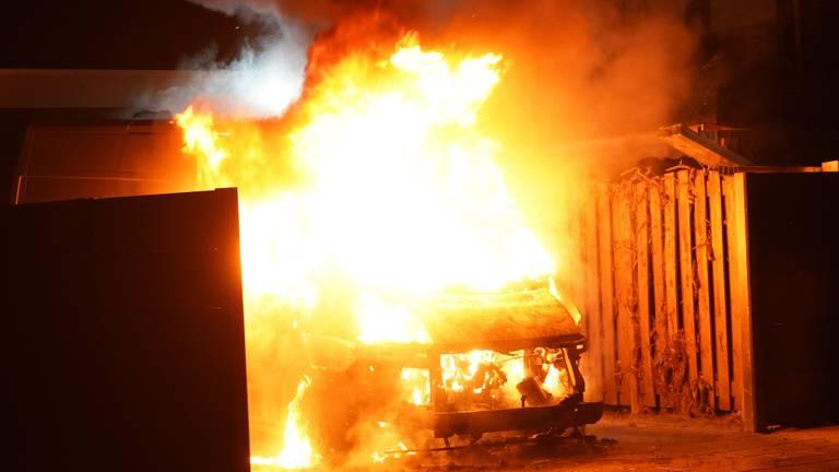Bestelbus door brand verwoest in Oss (Foto: Gabor Heeres/SQ Vision).