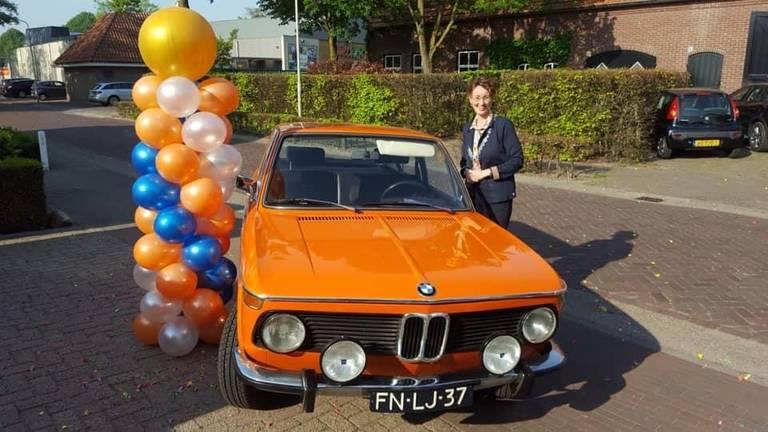 Burgemeester Judith Keijzers van de gemeente Oirschot ging op pad met een toepasselijke, oranje oldtimer.
