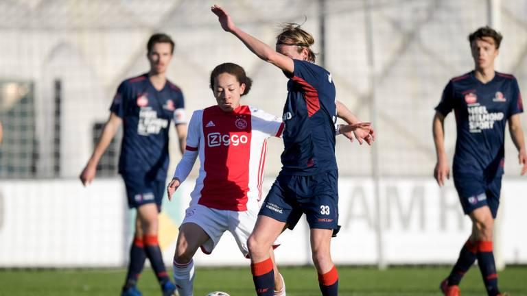 Gaetan Bosiers of Helmond Sport in duel met een speler van Jong Ajax. Foto: OrangePictures