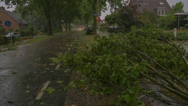 Hevige regenval en een windhoos veroorzaakten overlast in Helmond en Asten (foto: Harrie Grijseels/SQ Vision).