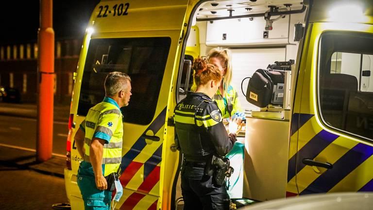 Ambulancepersoneel en een agente overleggen met elkaar (foto: Sem van Rijssel/SQ Vision Mediaprodukties).