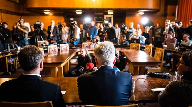 Tientallen cameraploegen en journalisten zijn bij de persconferentie. (Foto: ANP)
