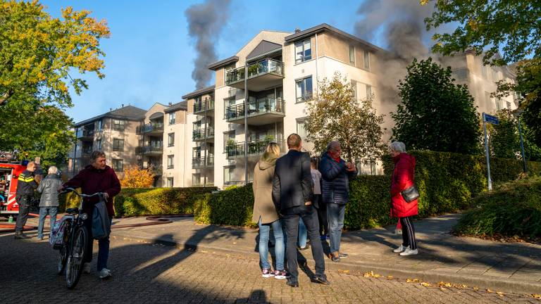 De brand in Oosterhout trok aardig wat bekijks (foto: Marcel van Dorst/SQ Vision).