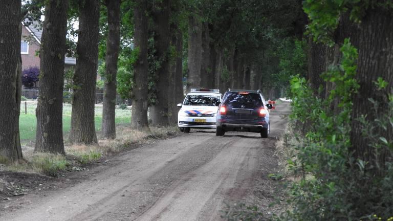 De politie heeft de weg afgezet. (Foto: Marco van den Broek / SQ Vision)
