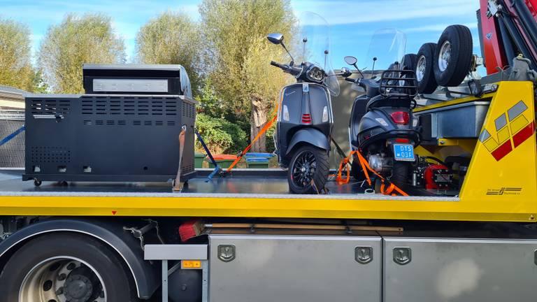 Spullen worden in beslag genomen (foto: Noël van Hooft)