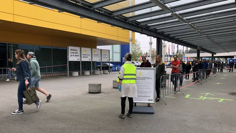 Rijen bij de IKEA na de heropening eind april
