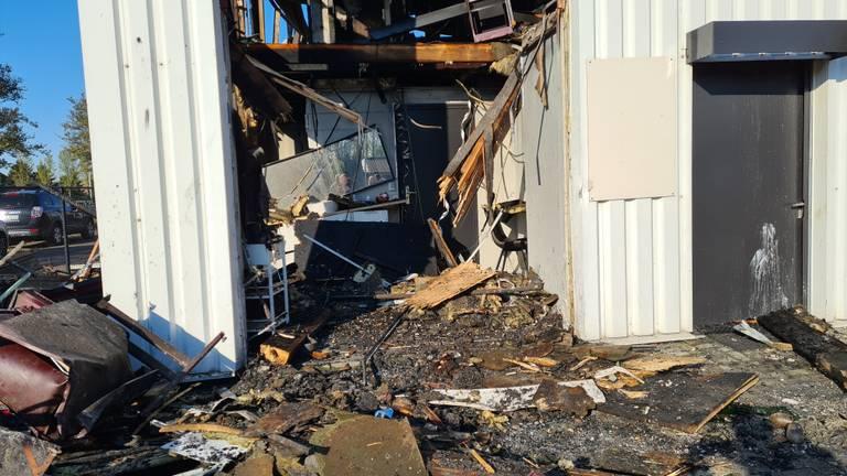 De kapsalon is volledig verwoest door de brand (foto: Noël van Hooft)