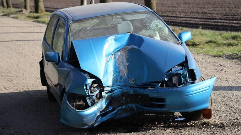 De auto in Wilbertoord raakte zwaar beschadigd (foto: Marco van den Broek/SQ Vision).