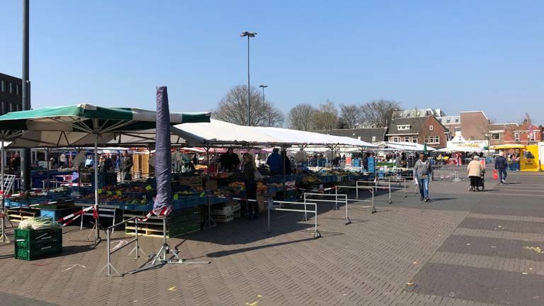 Weinig mensen op de Woenselse Markt zaterdag (foto: Hans Janssen).