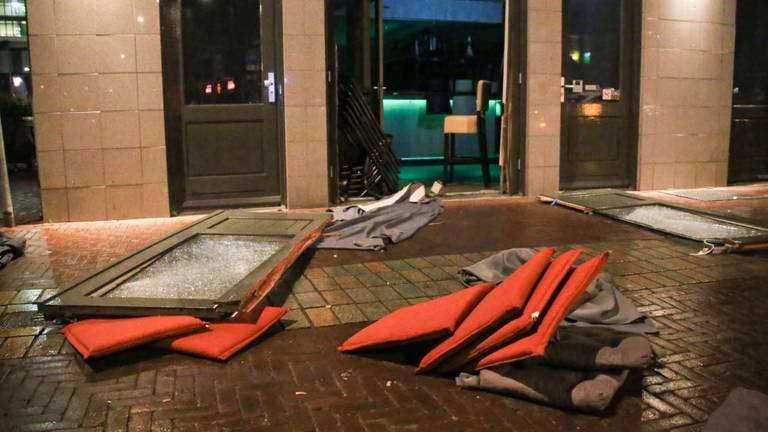 Een deel van de inventaris kwam op straat terecht (foto: Harrie Grijseels/SQ Vision Mediaprodukties).