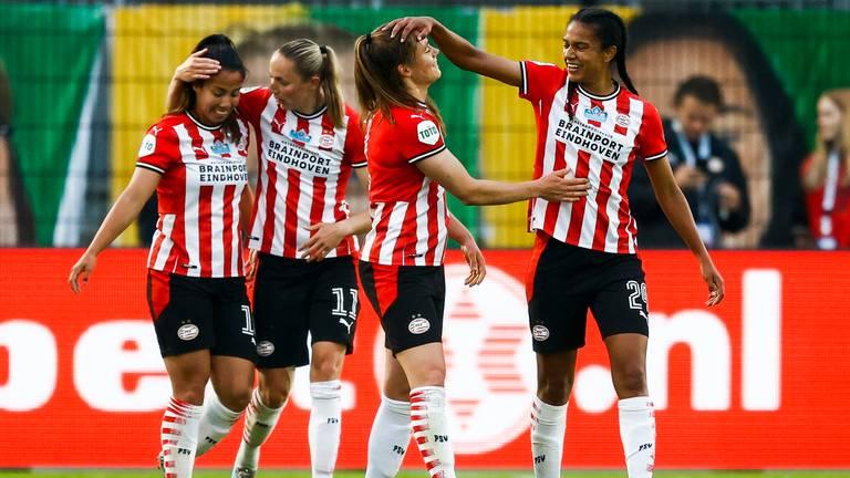 Joelle Smits krijgt felicitaties na het scoren van 0-1 (foto: ANP/Vincent Jannink).