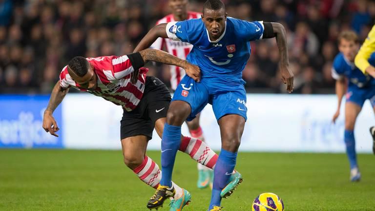 Douglas in betere tijden tegen PSV'er Lens.