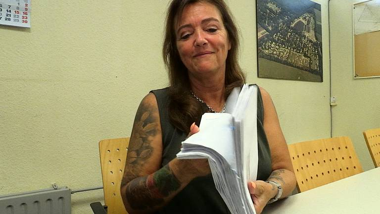 Wendy van der Zalm met de brieven van één week