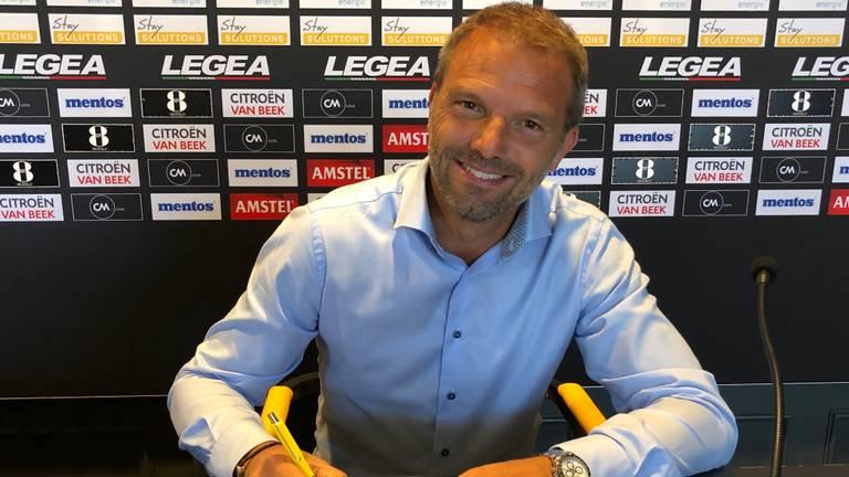 Maurice Steijn tekent zijn contract bij NAC.