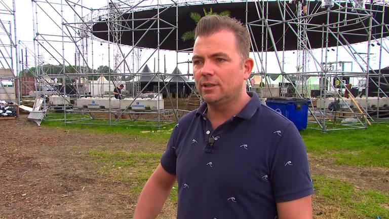 Johan Dortmans ziet met lede ogen aan dat het festival wordt afgebroken.