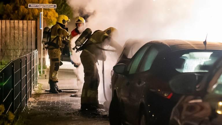 Bij de autobrand in Berghem kwam veel rook vrij (foto: Gabor Heeres/SQ Vision).