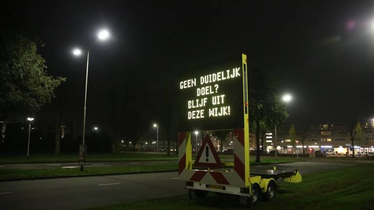 Waarschuwingsborden langs de weg (foto: Christian Traets/SQ Vision Mediaprodukties).