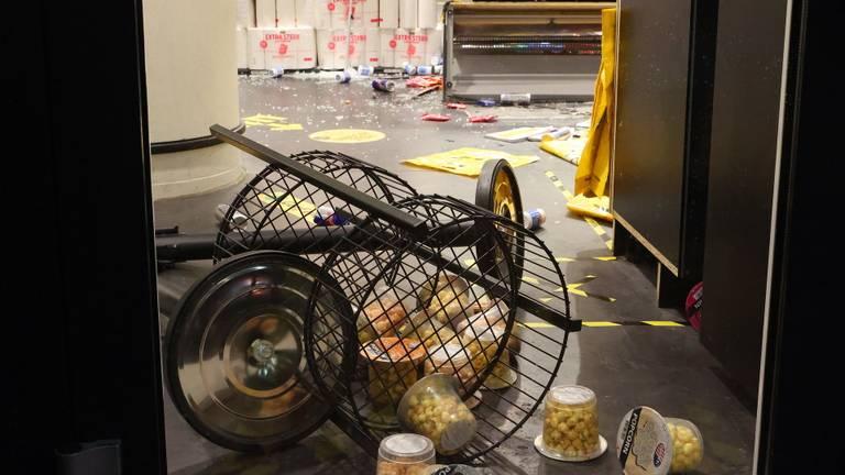 Tijdens de rellen werd onder meer een Jumbo-supermarkt geplunderd.