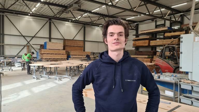 In deze fabriek van Evert Antonissen (24) worden tafels gemaakt (foto: Noël van Hooft)