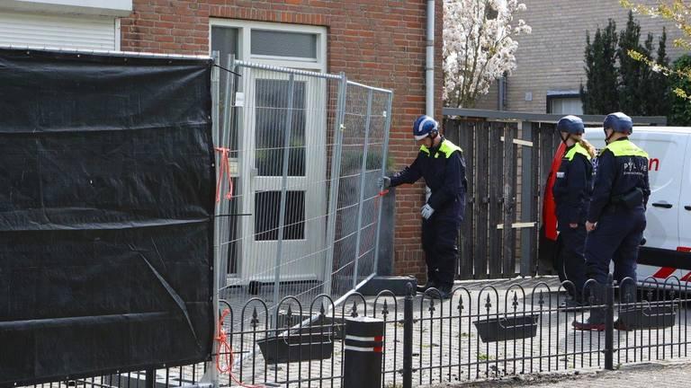 De politie heeft de twee twee-onder-een-kapwoningen afgesloten met een hek.