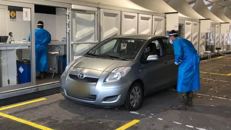 De XL-teststraat in Eindhoven kan vijfduizend testen per dag aan (foto: Rogier van Son).