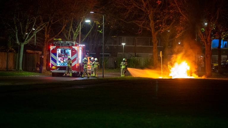De brandweer moest maandagavond meerdere brandjes blussen in Roosendaal (foto: Christian Traets/SQ Vision).